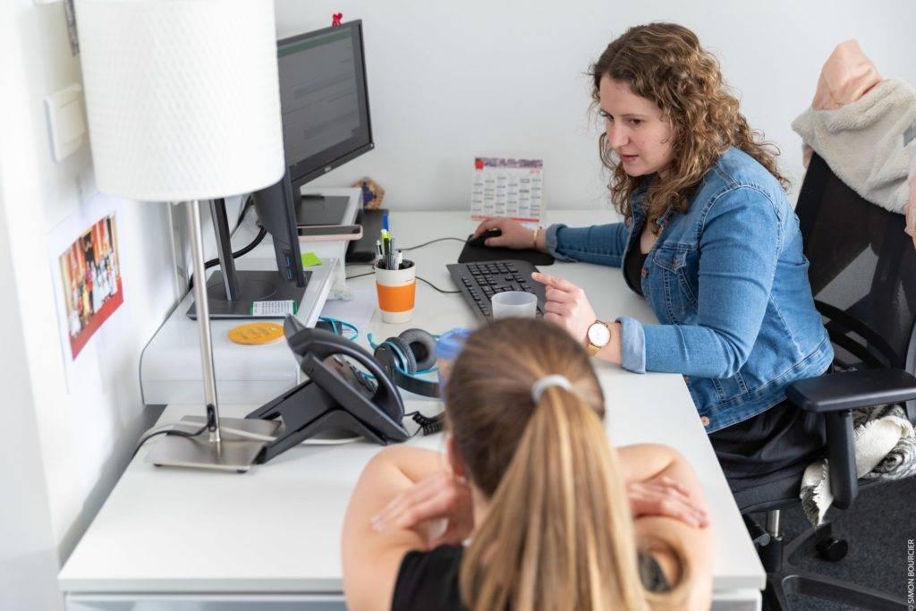 Deux collaboratrices MV Group devant leur écran