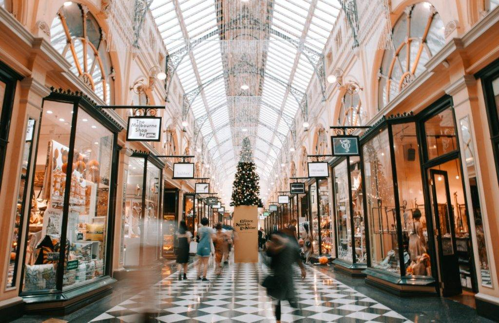 Personne marchant dans une ancienne galerie marchande- Photo Heidin Fin